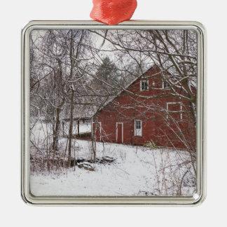 Ornement Carré Argenté Grange rouge dans la neige