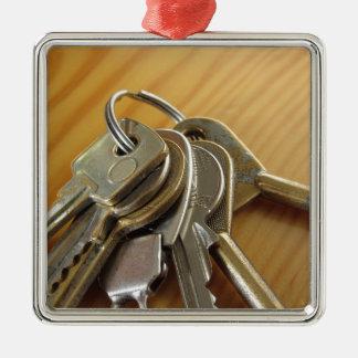 Ornement Carré Argenté Groupe de clés usées de maison sur la table en