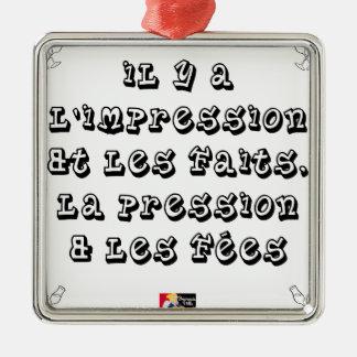 Ornement Carré Argenté Il y a l'IMPRESSION et les FAITS, la PRESSION