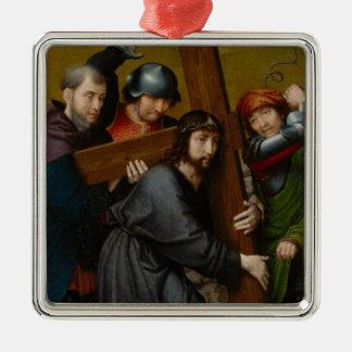 Ornement Carré Argenté Le Christ portant la croix, avec la crucifixion