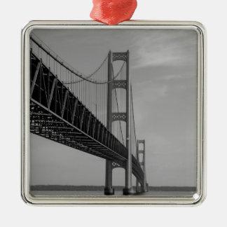 Ornement Carré Argenté Le long de la gamme de gris de pont de Mackinac