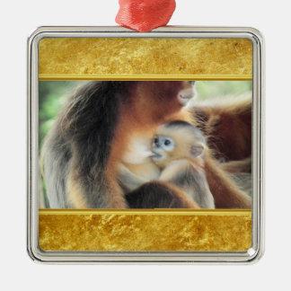 Ornement Carré Argenté Le singe de bébé le suçant est lait de mères