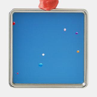 Ornement Carré Argenté Les ballons colorés ont déchargé dans un ciel bleu