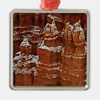 Ornement Carré Argenté les tours dans les roches se bronzent