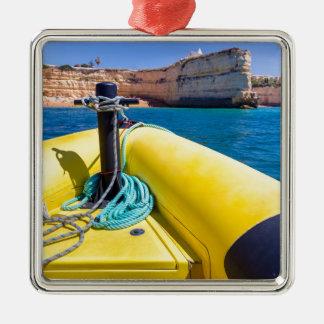 Ornement Carré Argenté Navigation jaune de bateau vers des roches à