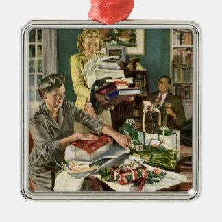Ornement Carré Argenté Noël vintage, famille enveloppant des présents
