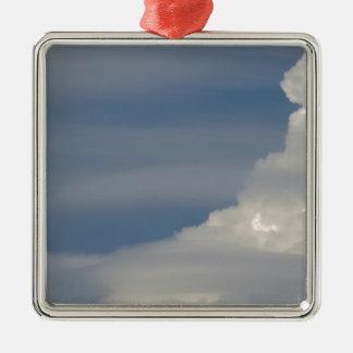 Ornement Carré Argenté Nuages blancs mous sur le fond de ciel bleu