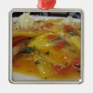 Ornement Carré Argenté Pâtes faites maison avec la sauce tomate, oignon,