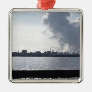Ornement Carré Argenté Paysage industriel le long de la côte polluant