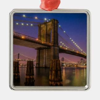 Ornement Carré Argenté Pont de Brooklyn la nuit à New York City