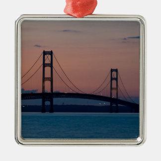 Ornement Carré Argenté Pont de Mackinac au crépuscule
