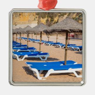 Ornement Carré Argenté Rangées des parasols et de la plage en osier
