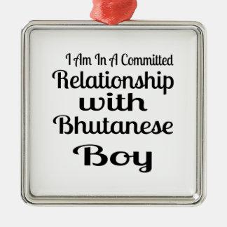 Ornement Carré Argenté Rapport avec le garçon bhoutanais
