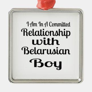 Ornement Carré Argenté Rapport avec le garçon biélorusse