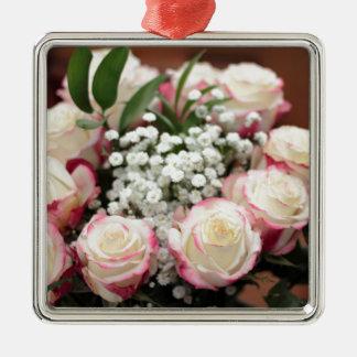 Ornement Carré Argenté Roses blancs avec le plan rapproché rouge de