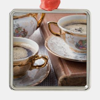 Ornement Carré Argenté Tasses de café antiques de porcelaine avec le café