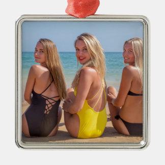 Ornement Carré Argenté Trois filles s'asseyant sur la plage regardant