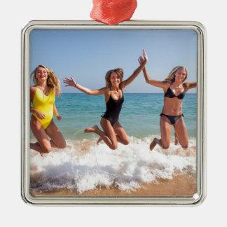 Ornement Carré Argenté Trois filles sautant sur la plage près de sea.JPG