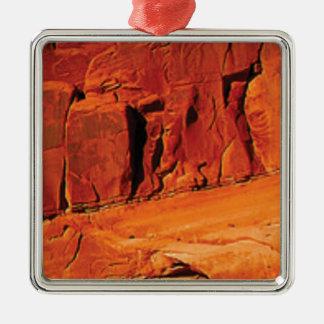 Ornement Carré Argenté visage de la roche rouge