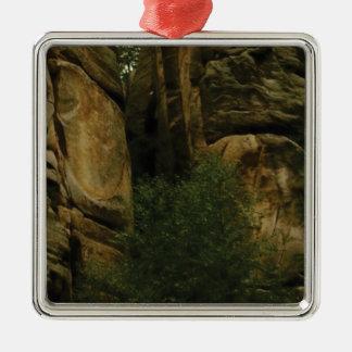 Ornement Carré Argenté visage jaune de roche avec des arbres