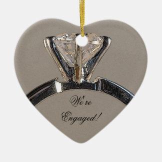 Ornement Cœur En Céramique Bague de fiançailles de diamant sur le gris