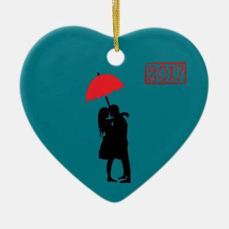 Ornement Cœur En Céramique Baisers du parapluie rouge 2017 de couples