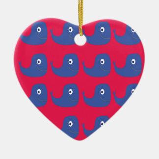 Ornement Cœur En Céramique Baleines de conception bleues sur le rouge