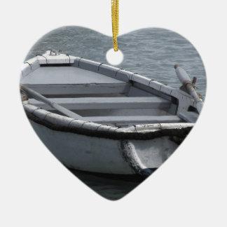 Ornement Cœur En Céramique Bateau d'aviron en bois simple sur la mer
