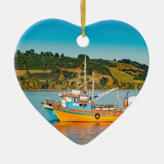 Ornement Cœur En Céramique Bateau de pêche au lac, Chiloe, Chili