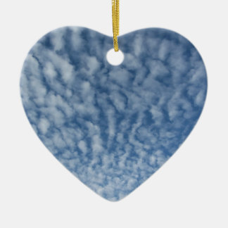 Ornement Cœur En Céramique Beaucoup de petits nuages mous sur le fond de ciel