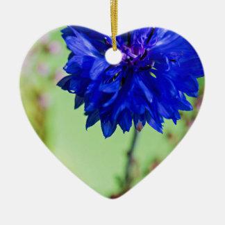Ornement Cœur En Céramique Bleuet frais bleu sur l'arrière - plan brouillé