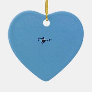 Ornement Cœur En Céramique Bourdon de Hoovering contre la simplicité de ciel