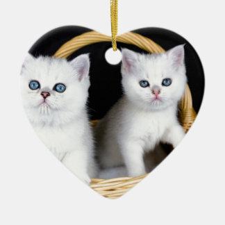 Ornement Cœur En Céramique Deux chatons blancs dans le panier sur