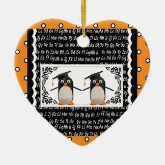 Ornement Cœur En Céramique Deux pingouins de graduation, ABC ont cranté