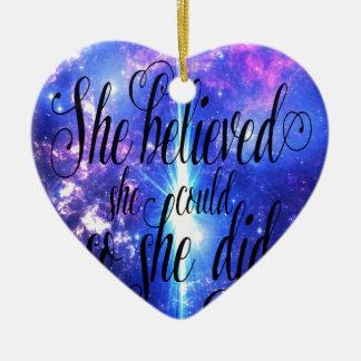 Ornement Cœur En Céramique Elle a cru en cieux iridescents