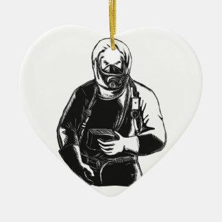 Ornement Cœur En Céramique EMT portant le costume Scratchboard de Hazmat