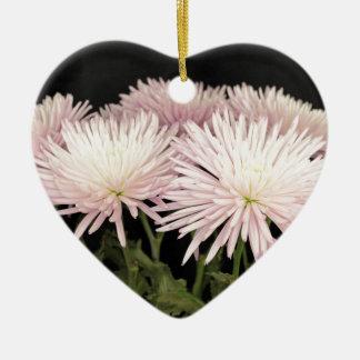 Ornement Cœur En Céramique Fleurs blanches violettes de chrysanthème sur le