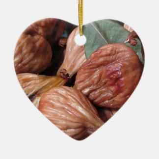 Ornement Cœur En Céramique Fruits d'automne. Plan rapproché des figues sèches