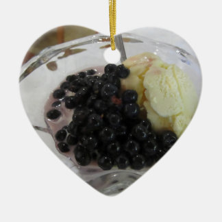 Ornement Cœur En Céramique Glace à la vanille avec les myrtilles non
