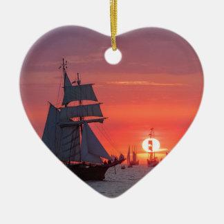 Ornement Cœur En Céramique Grand voilier marchand dans le coucher du soleil