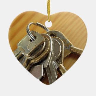 Ornement Cœur En Céramique Groupe de clés usées de maison sur la table en