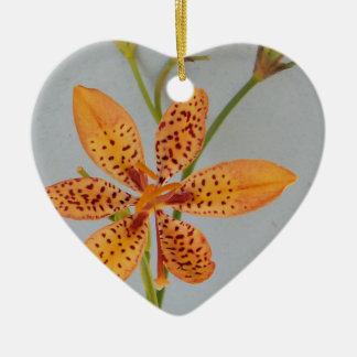 Ornement Cœur En Céramique Iris repéré par orange appelé un lis de Blackberry