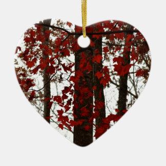 Ornement Cœur En Céramique La chute colore le feuille d'érable rouge d'arbres