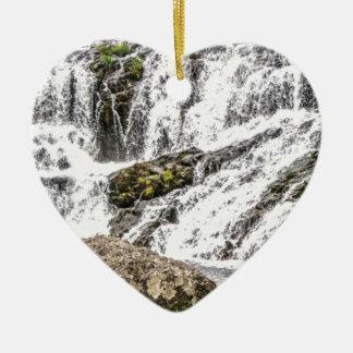 Ornement Cœur En Céramique les criques se renverse au-dessus des roches