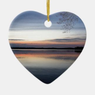 Ornement Cœur En Céramique Les nuages roses réfléchissent sur le lac junior à