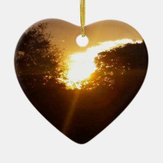 Ornement Cœur En Céramique Lever de soleil brillant au-dessus des arbres