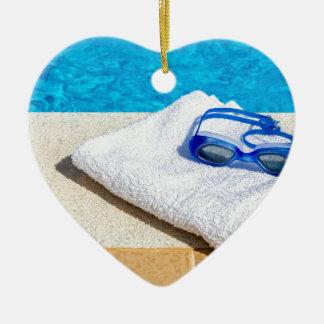 Ornement Cœur En Céramique Lunettes et serviette de natation près de piscine