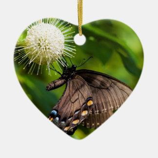 Ornement Cœur En Céramique Machaon femelle foncé de tigre sur le fleur