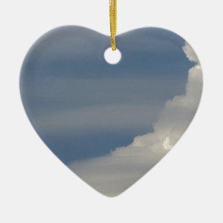 Ornement Cœur En Céramique Nuages blancs mous sur le fond de ciel bleu