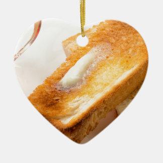Ornement Cœur En Céramique Pain grillé chaud avec du beurre sur un plan